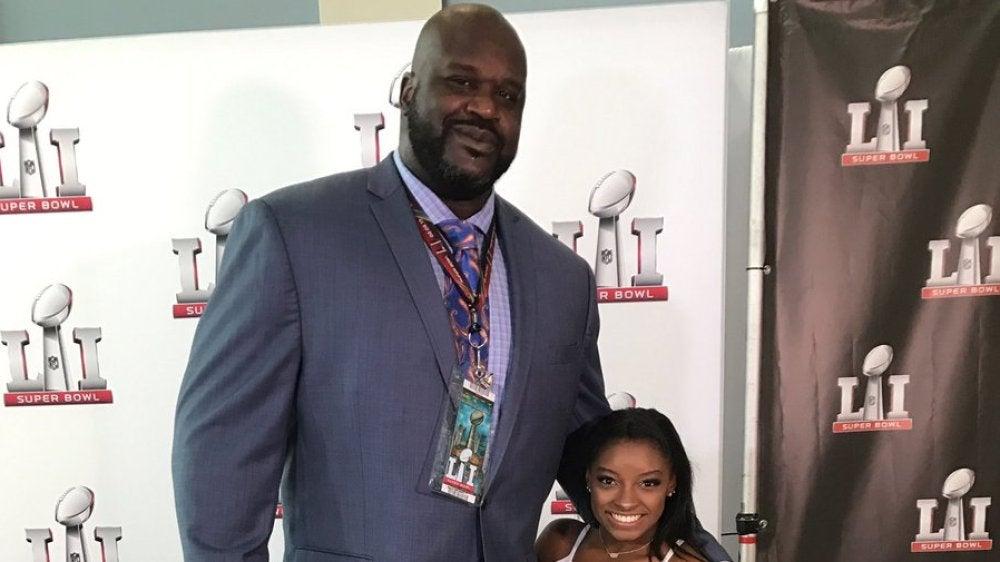 Simone Biles posa con Shaquille O'Neal durante la Super Bowl