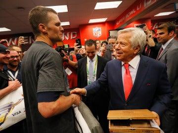 Tom Brady recibe al dueño del equipo