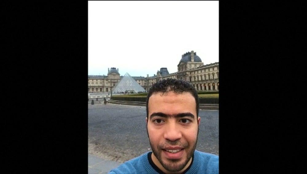 """Frame 4.231111 de: El agresor del Museo Louvre se hizo dos fotografías """"selfies"""" antes del ataque"""