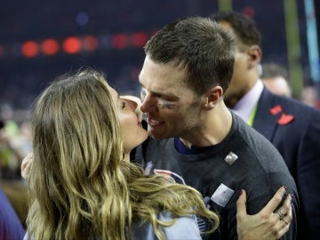 Tom Brady besa a su mujer, Gisele Bündchen, para celebrar su triunfo