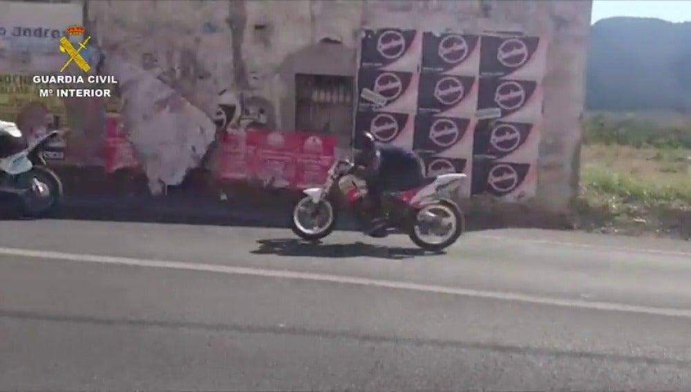 Frame 17.095987 de: Detenidos cuatro jóvenes por participar en carreras ilegales de motos en Valencia