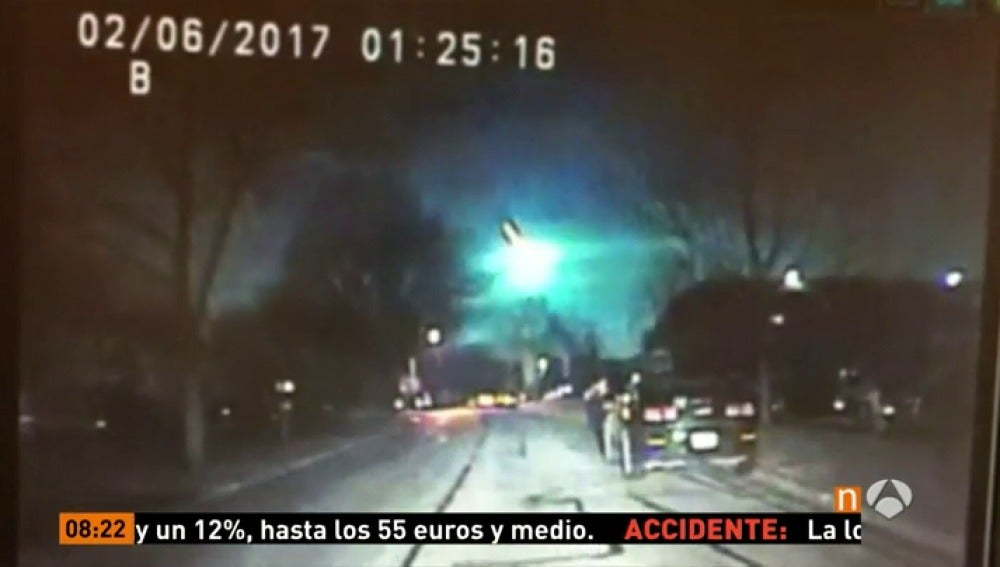 Frame 3.662777 de: Graban un espectacular meteorito sobre el cielo de Illinois, en Estados Unidos
