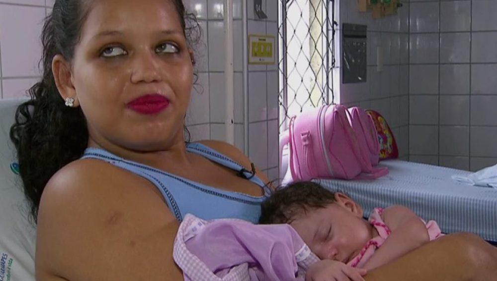 Michele y Maisa Santiago un mes después del complicado parto
