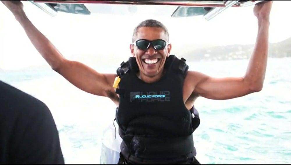 Frame 18.629022 de: Obama se relaja en sus vacaciones practicando kitesurf en las islas Vírgenes Británicas