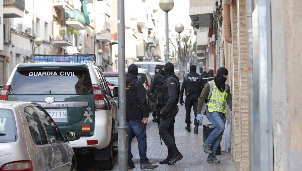 Agentes de la Guardia Civil custodian el acceso al domicilio de uno de los dos ciudadanos marroquíes detenido