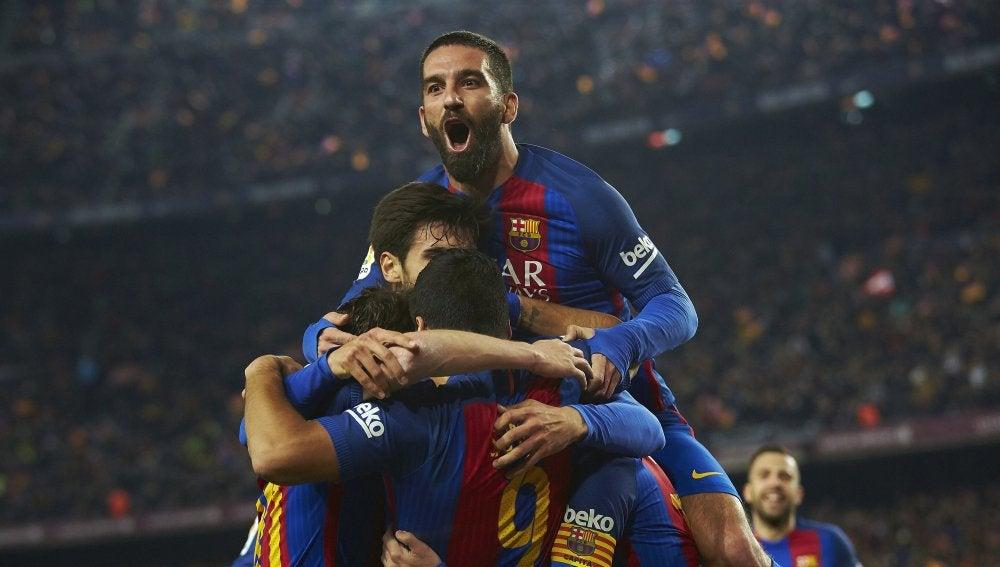 El Barça hace piña tras el gol de Suárez