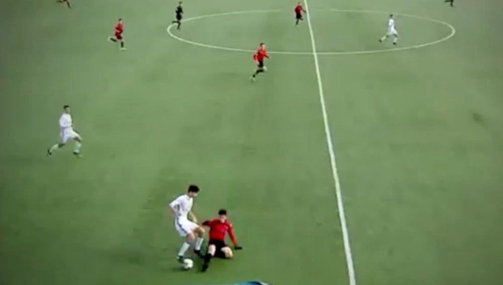 Theo Zidane deja en el suelo a un rival
