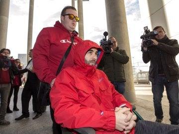 Andrés Martínez, el joven agredido, en silla de ruedas a las puertas del Juzgado de Instrucción