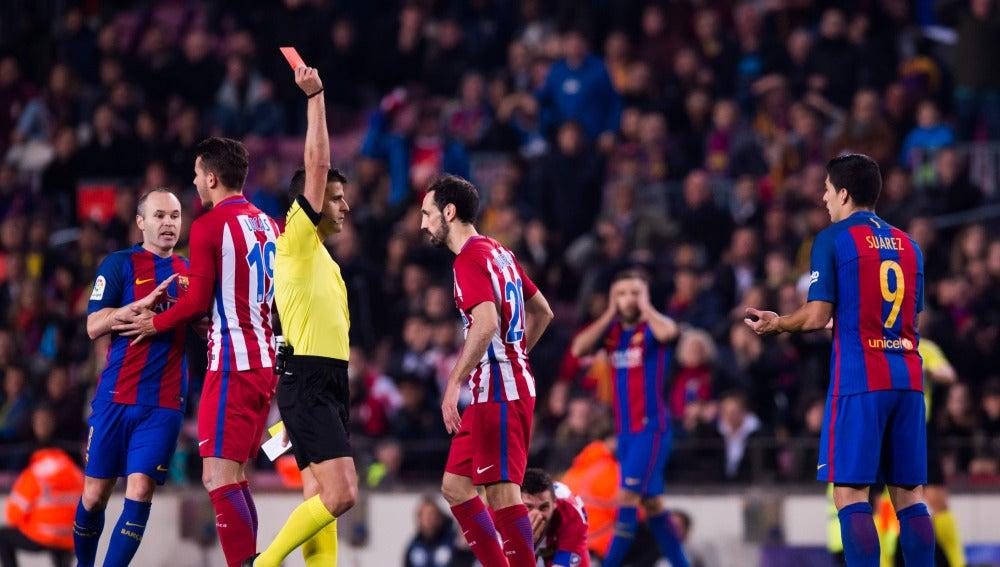Luis Suárez, recibiendo la tarjeta roja