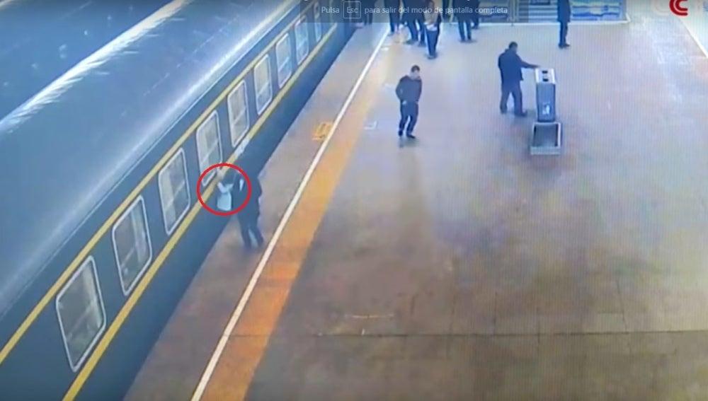 Una niña se cuela por el hueco entre vagón y andén