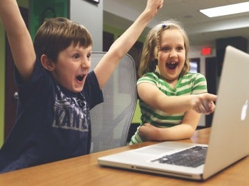 Niños delante de un videojuego