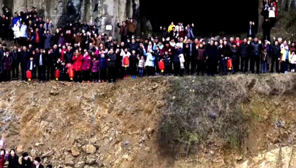 Frame 12.171572 de: Una familia china compuesta por 500 personas se reúne para hacerse una foto