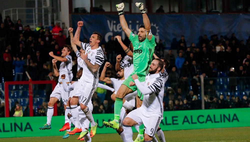Los jugadores de la Juventus celebran su victoria contra el Crotone