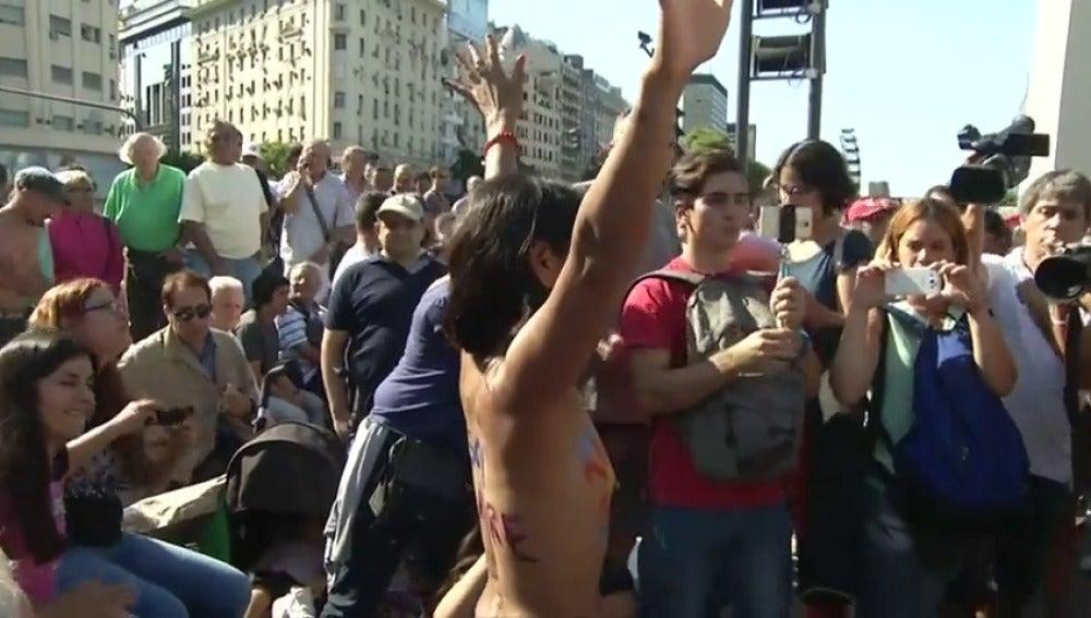 Frame 52.925963 de: Cientos de mujeres se manifiestan en protesta por la prohibición del topless en las playas