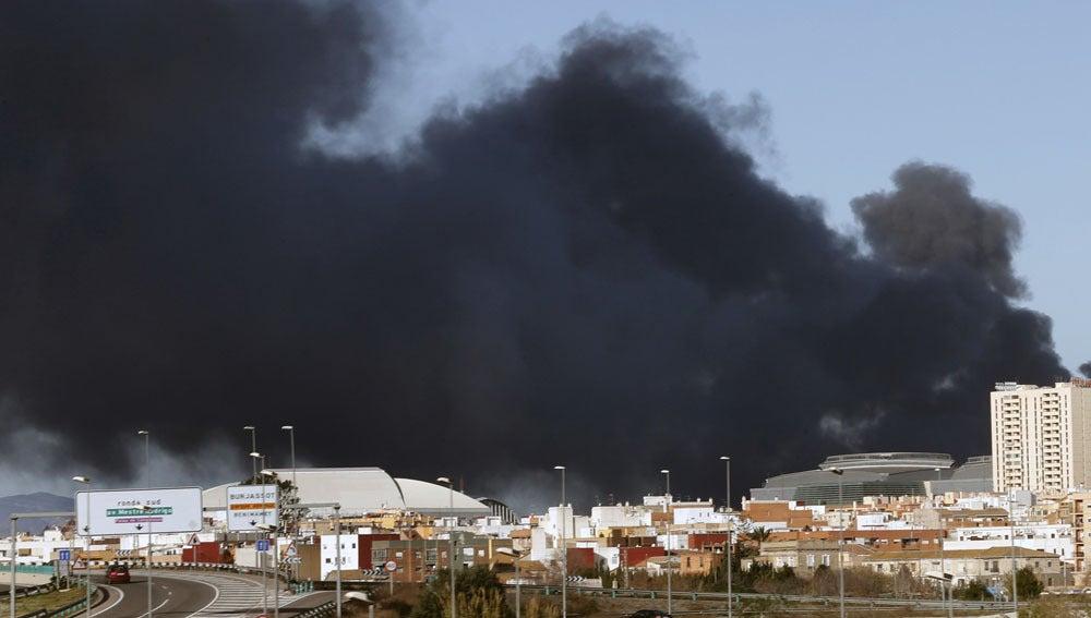 Nube de humo en Paterna