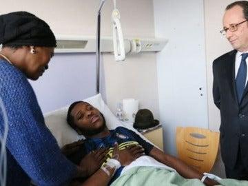 Hollande visita en el hospital al joven que fue violado por un agente