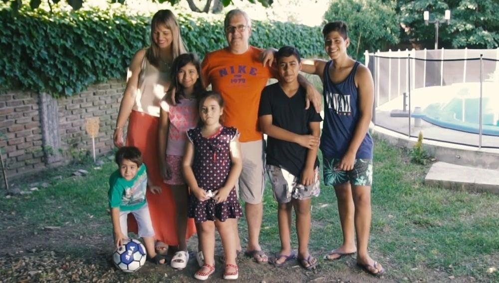 Familia Boccalon tras adoptar a cinco hermanos