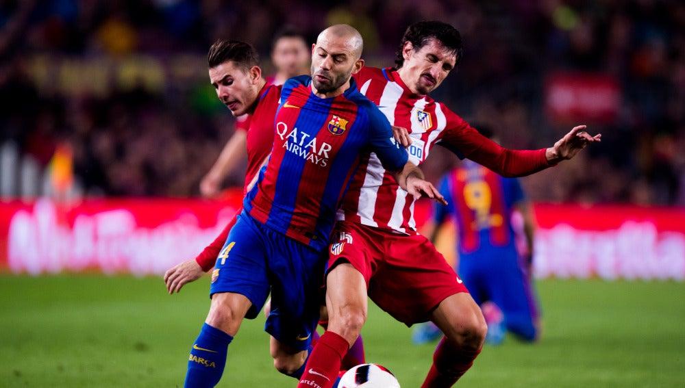 Javier Mascherano intenta llevarse el balón ante Savic y Lucas Hernández