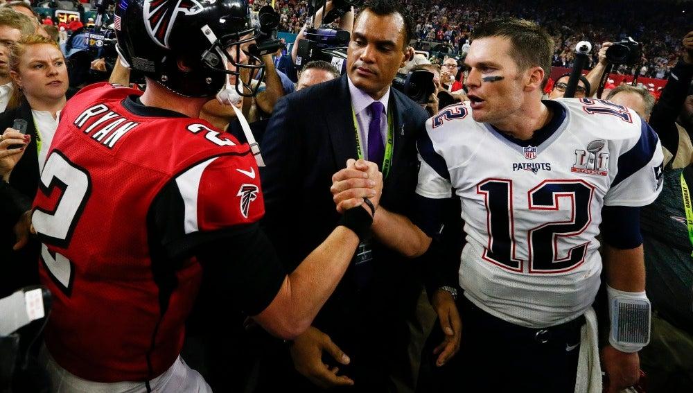 Tom Brady y Matt Ryan al final de la Super Bowl