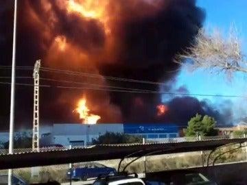 Desalojadas varias industrias tras una explosión en una empresa química de Paterna