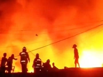 Frame 3.164444 de: Un devorador incendio se propaga rápidamente y deja sin casa a 15.000 personas en Manila