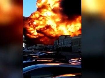 Declarado un incendio de grandes dimensiones en una nave de productos químicos en Paterna