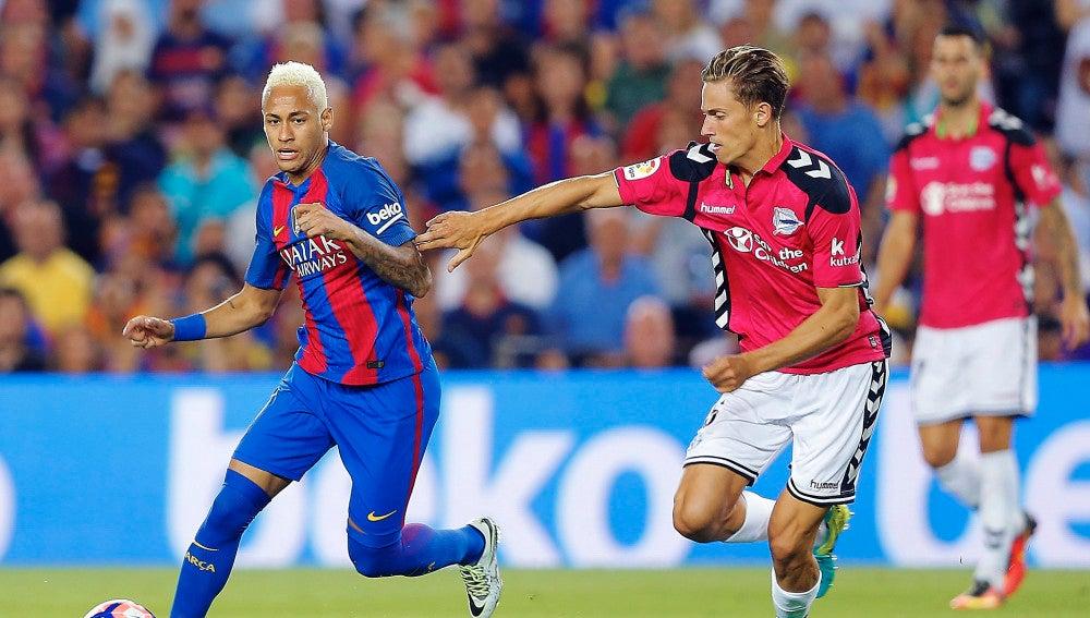 Neymar conduce el balón ante la defensa de Marcos Llorente