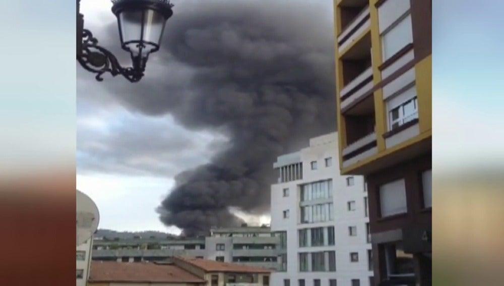 Frame 11.522557 de: Controlado el fuego que ha obligado al desalojo de varios edificios en Oviedo