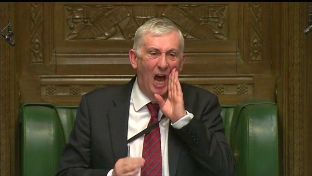 Frame 9.423127 de: Tremendo enfado del vicepresidente de la Cámara de los Comunes al escuchar entonar el himno de Europa