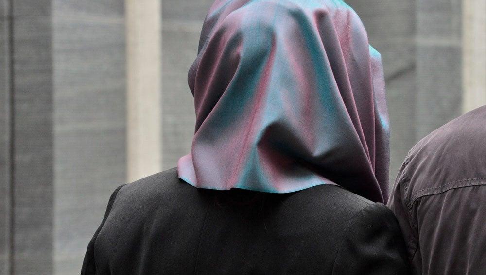 Imagen de archivo de una persona con hiyab