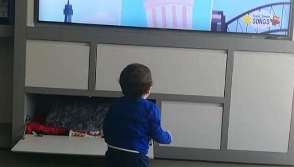 Mateo bailando mientras aprende inglés