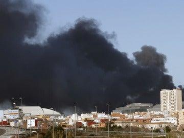 Humo generado por el incendio en Paterna