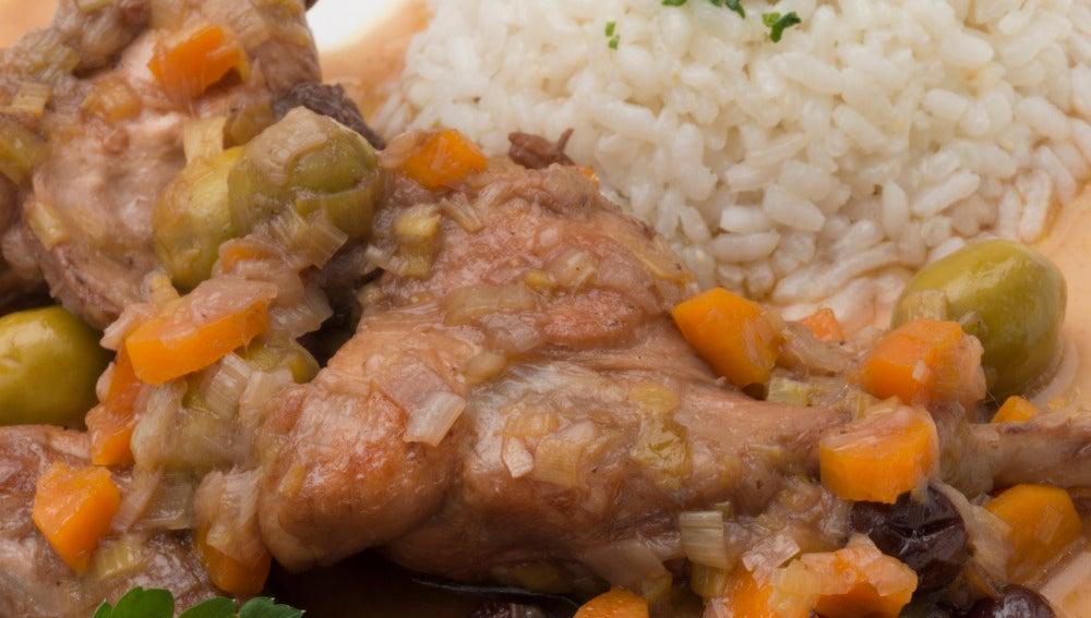 Conejo en salsa con arroz blanco.