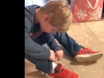 Colton muestra su truco para atarse los cordones