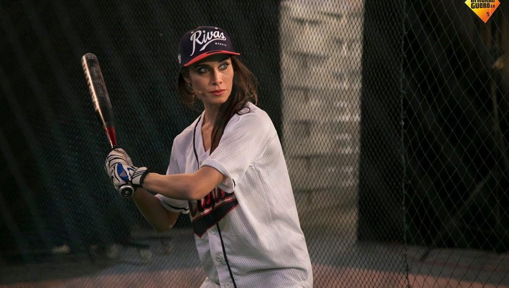 Pilar Rubio se convierte en una imbatible bateadora de béisbol