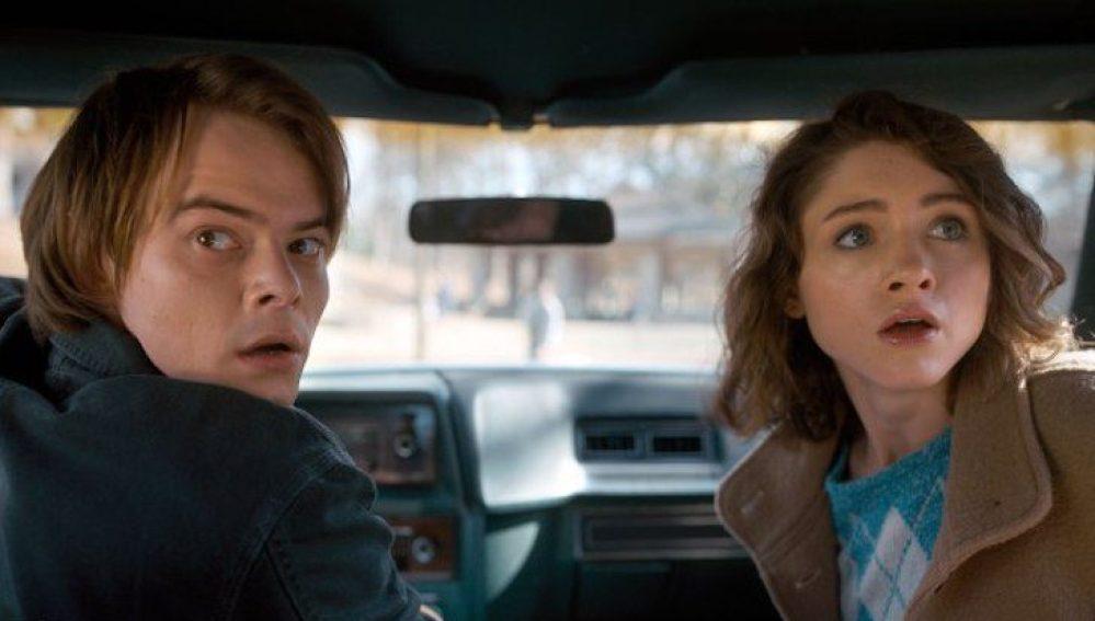 Charlie Heaton y Natalia Dyer en 'Stranger Things'