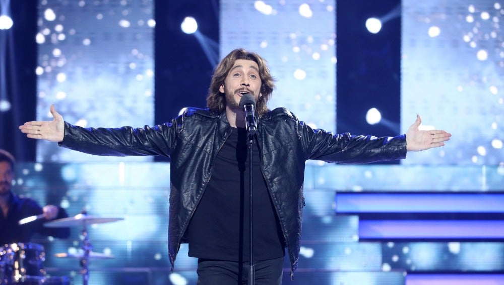 Canco Rodríguez levanta el ánimo a todo el plató como Manuel Carrasco y su inspirador tema 'No dejes de soñar'