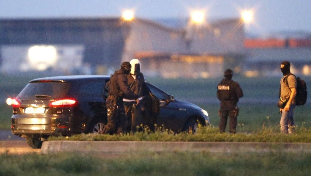 Un supuesto yihadista escoltado por agentes de la policía francesa en Montpellier