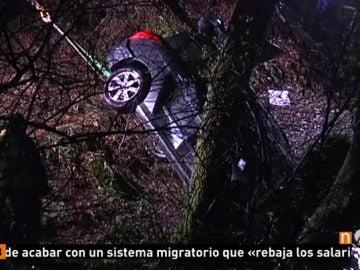 Frame 10.08 de: Mueren dos personas en un accidente de tráfico en el que cayó el coche en el que viajaban al río en Tordoia, en A Coruña