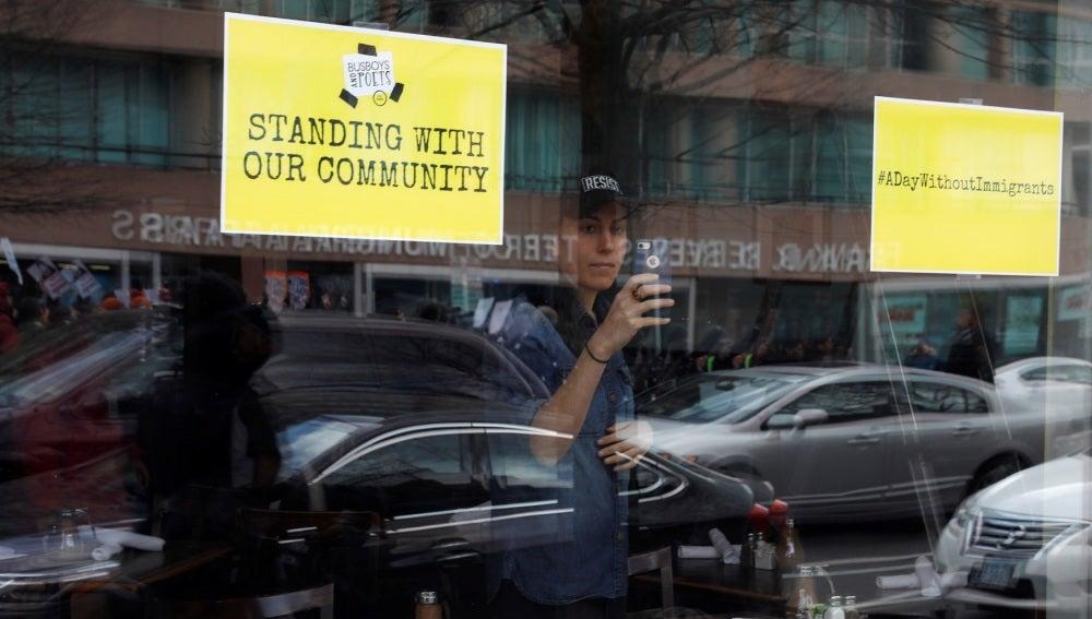 Un local cerrado en apoyo a los inmigrantes
