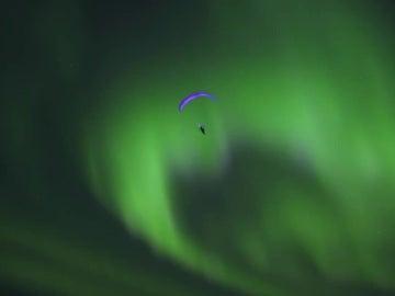 El español Horacio Llorens volando entre una aurora boreal
