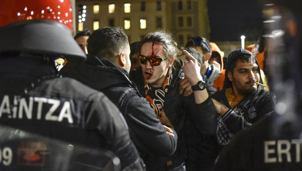 Hinchas del APOEL se enfrentan a agentes de la Ertzaintza