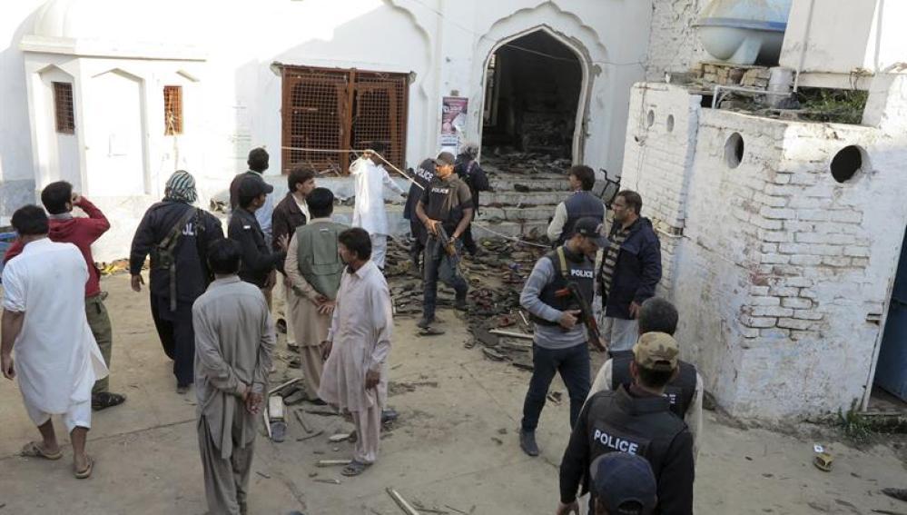 Policías inspeccionan la mezquita donde se produjo un ataque con bomba en la localidad de Shikarpur (Pakistán)