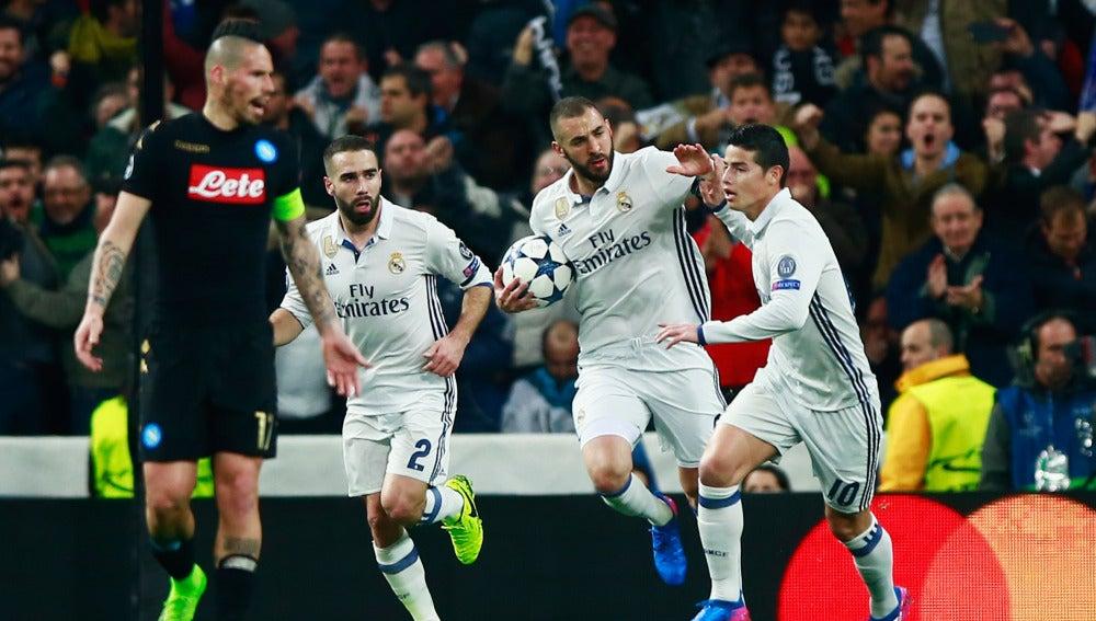 Karim Benzema celebra el 1-1 frente al Nápoles