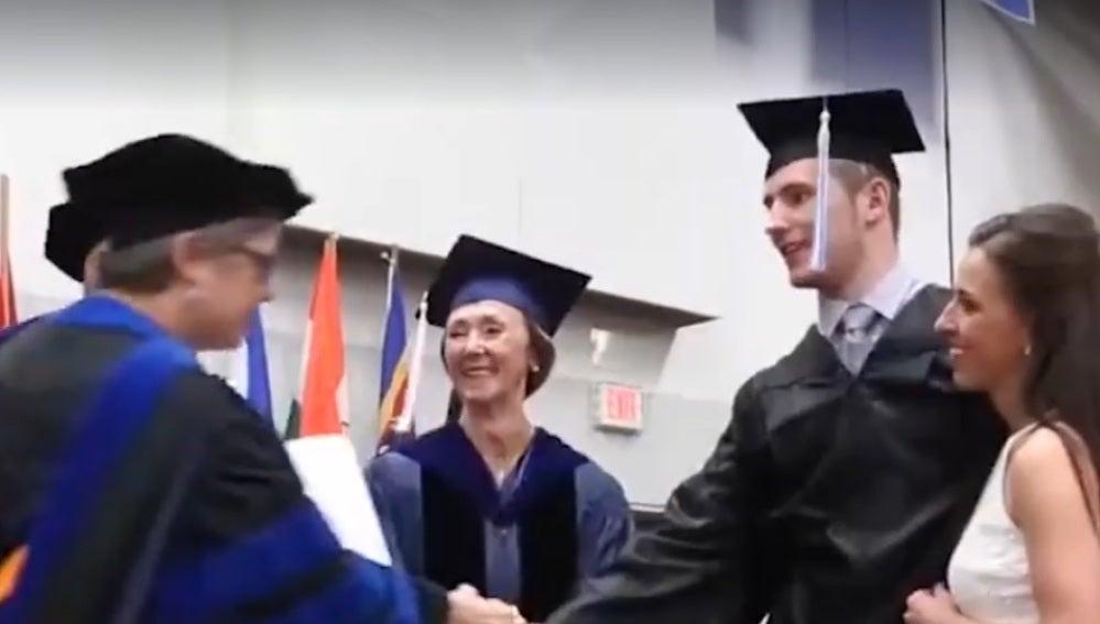 El joven recogiendo su diploma