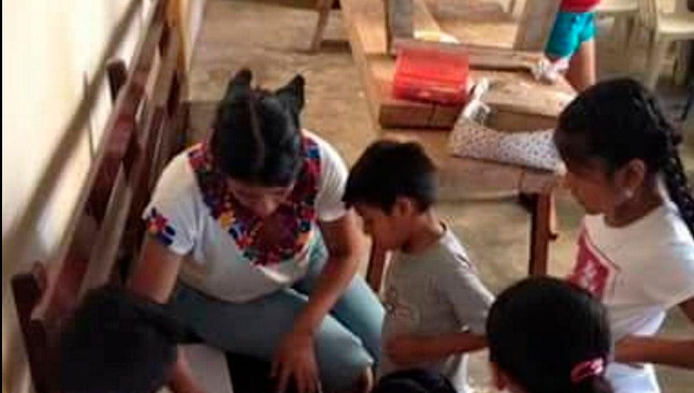 La profesora junto a sus alumnos