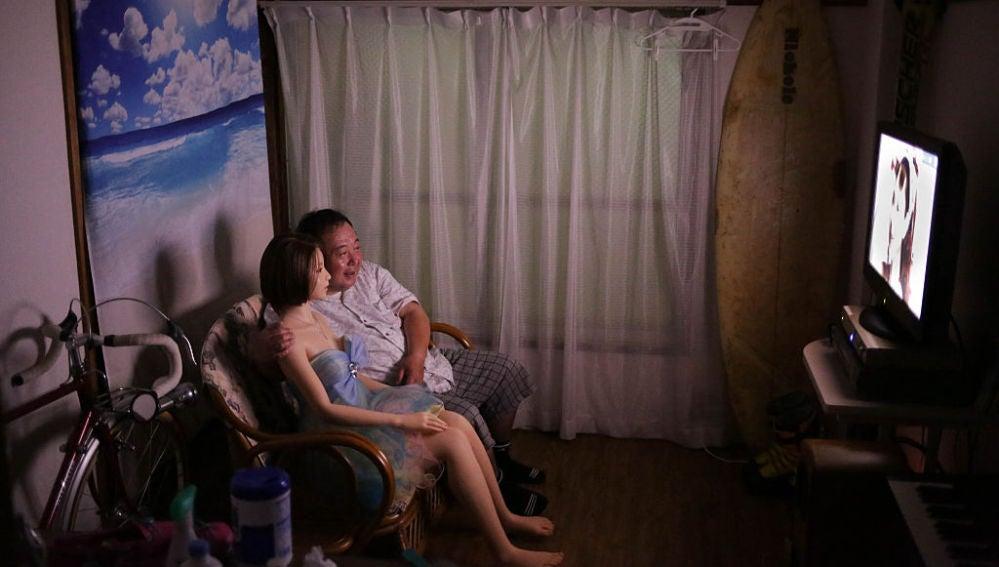 Senji Nakajima y su muñeca viendo la televisión