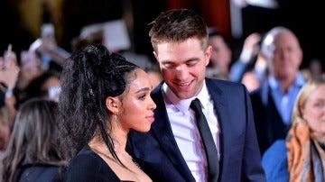 Robert Pattinson y FKA Twigs en la presentación de la última película del actor en Londres