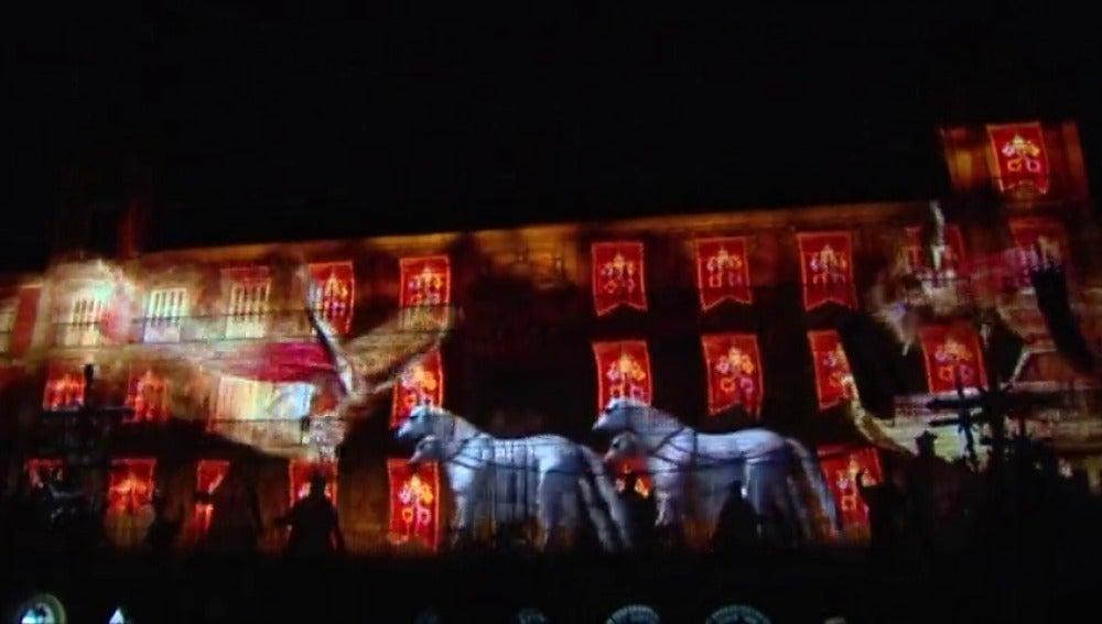 Frame 73.159111 de: Espectáculo de imágenes en la Plaza Mayor de Madrid con motivo de su 400 aniversario