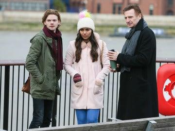 Liam Neeson junto a Thomas Brodie-Sangster y Olivia Olson